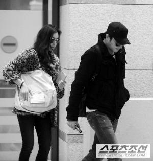 张东健和高小英1月10日从夏威夷度蜜月回到韩国机场,高小英一度落后,张东健便回头询问。