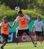 图文:阿根廷国足备战友谊赛 帕勒莫与队友训练
