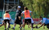 图文:阿根廷国足备战友谊赛 马拉多纳指挥训练