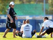 图文:阿根廷国足备战友谊赛 马拉多纳带队训练