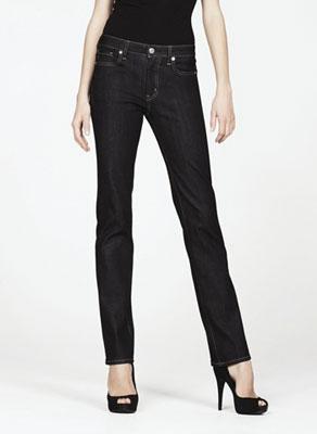 经典的 REGULAR FIT 直脚牛仔裤,利用优质的布料纱线缝制出自然的线条美。