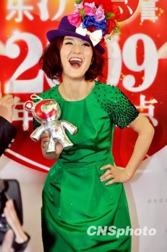 谢娜花帽绿裙十分抢眼