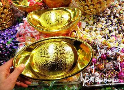2010年2月4日,湖北宜昌市民在超市选购糖果。