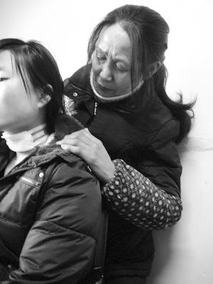 看着小孔脖子上的伤口,重庆老太周尚琼心痛不已 本组图片均由扬子晚报 供图