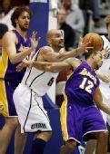 图文:[NBA]湖人VS爵士 布泽尔抢到皮球