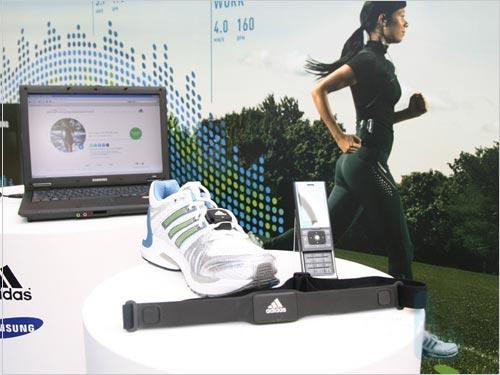 Adidas运动手机 三星F110发布会真机赏