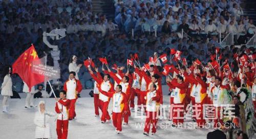 图文 中国代表团亮相开幕式 手持 中加 两国 国旗高清图片