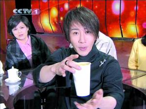 """刘谦的""""把果汁变没""""的魔术给某果汁产品做了明显的广告。(电视截图)"""