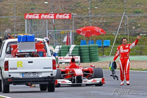 图文:F1赫雷斯试车第四天 马萨打招呼