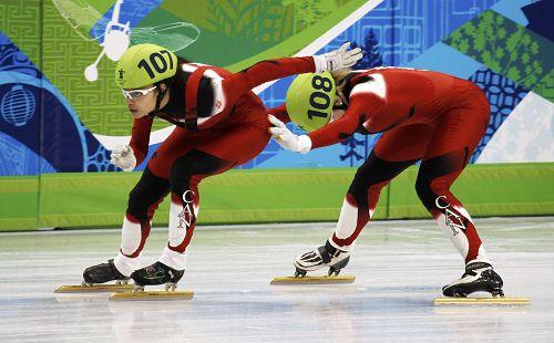 图文:短道女子接力半决赛 加拿大队交接