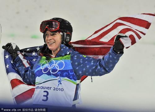 图文:自由式滑雪女子雪上技巧 身披美国国旗