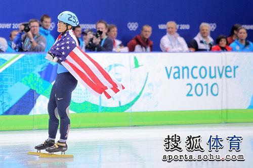 图文:男子短道1500米决赛 阿波罗身披国旗