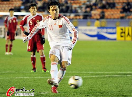 图文:[四强赛]中国2-0香港 曲波命中点球