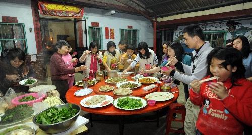 组图:台湾嘉义一家人在吃团圆饭