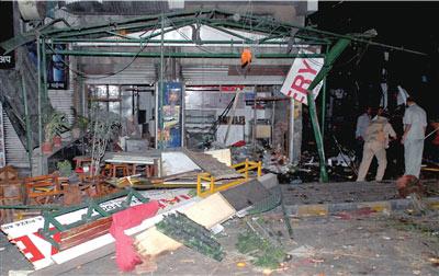 当地时间2月14日凌晨,在印度西部的浦那,警方人员查看德国面包房爆炸现场。新华社发