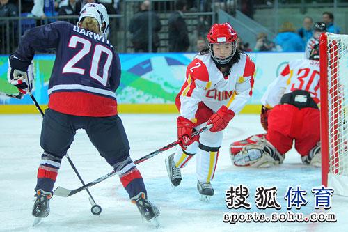 图文:女子冰球中国队1-12美国 中国队防守