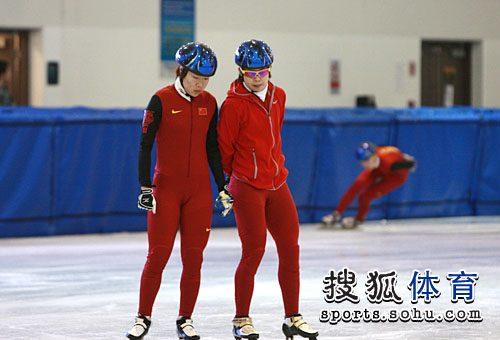图文:中国短道速滑队训练 周洋王�鹘懔┖�