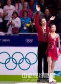 图文:庞清佟健刷新最佳成绩摘银 领奖台上挥手