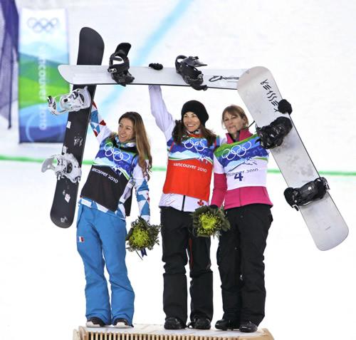 单板滑雪本土选手夺冠 前三名合影