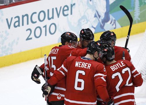 图文:小组赛加拿大8-0挪威 加拿大队互相打气