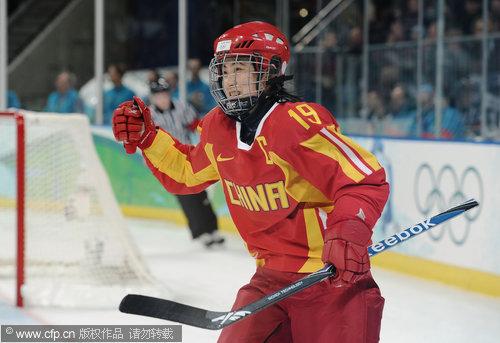 图文:中国女冰负芬兰无缘四强 中国队庆祝得分