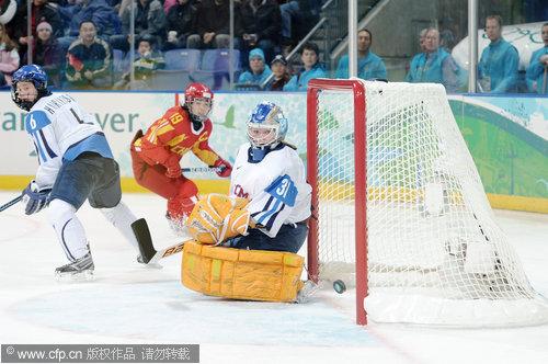 图文:中国女冰负芬兰无缘四强 中国队进球瞬间