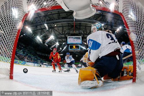 图文:中国女冰1-2负芬兰无缘四强 门前混战