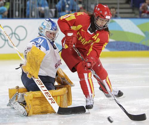 图文:中国女冰1-2负芬兰 中国姑娘带球