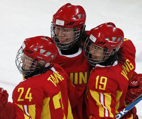 图文:中国女冰1-2负芬兰 中国姑娘庆祝进球