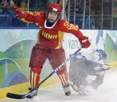 图文:中国女冰1-2负芬兰 中国队员杀出重围