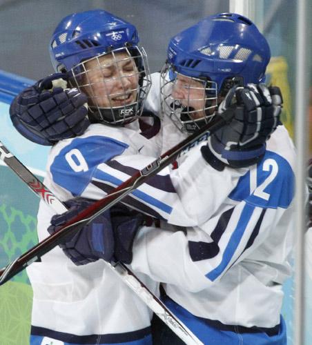 图文:中国女冰1-2负芬兰 芬兰队员庆祝得分
