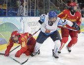 图文:中国女冰1-2负芬兰 芬兰队员突出重围