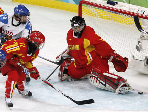 图文:中国女冰1-2负芬兰 门将石瑶扑救失败