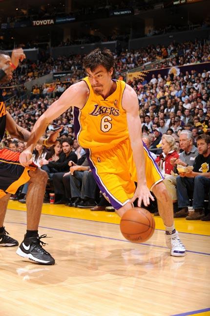 图文:[NBA]湖人VS勇士 莫里森侧翼突破
