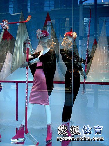 图文:温哥华街头多彩奥运元素 橱窗冰球商品