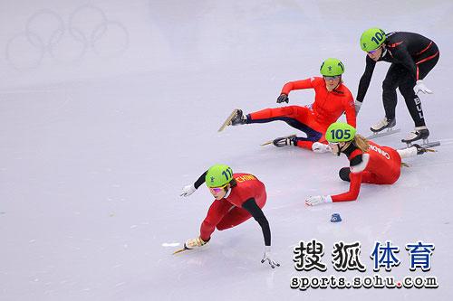 比赛中选手摔倒场面很混乱