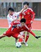 图文:青年足球赛中国6-0香港 罗添拼抢