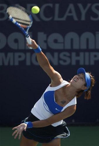 图文:迪拜网球赛女单1/4决赛 李娜发球瞬间