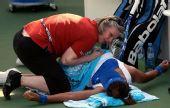 图文:迪拜网球赛女单1/4决赛 李娜接受按摩