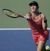 图文:迪拜网球赛女单1/4决赛 皮尔正手回球