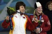 图文:短道女子500米颁奖仪式 王濛与玛丽安妮