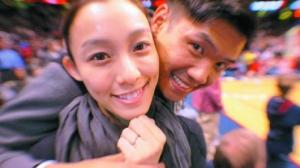 随后两人将照片传到网上,范范秀出爱的钻戒
