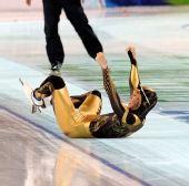 图文:日本速滑队透视比赛服 选手倒地庆祝