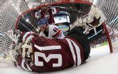 图文:冰球捷克5-2拉脱维亚 守门员摔进球门