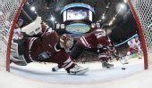 图文:冰球捷克5-2拉脱维亚 拉脱维亚队防守