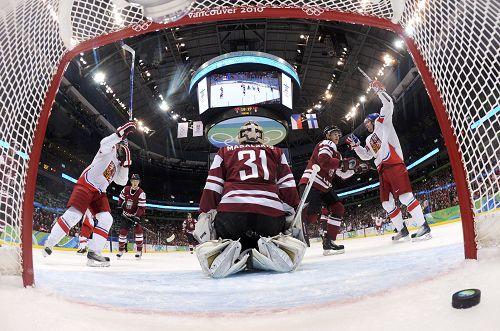 图文:冰球捷克5-2拉脱维亚 捷克队庆祝得分