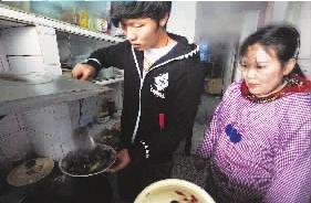 邓卓翔帮妈妈做菜