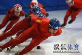 图文:短道速滑队全力备战 队员们专注训练