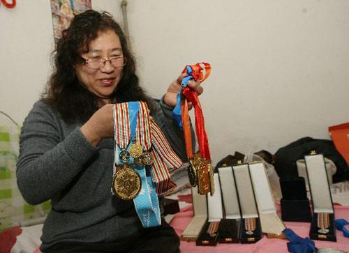 图文:家人电视前见证周洋夺冠 展示女儿奖牌