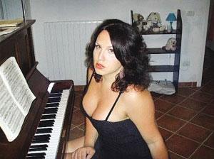 """意大利""""变性歌手""""艾米莉"""